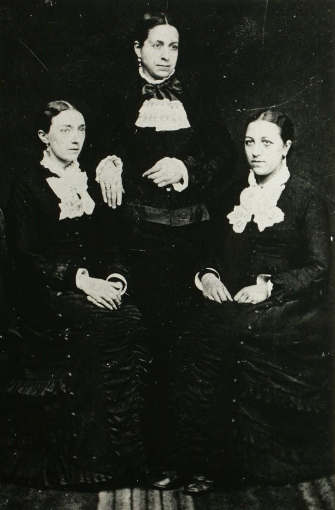 Portret van de drie zusters van Keijzerswaard v.l.n.r. Wilhelmina Maria, 22 oktober 1859, Anna Maria , 1 juli 1839, Anna Catharina 5 maart 1838