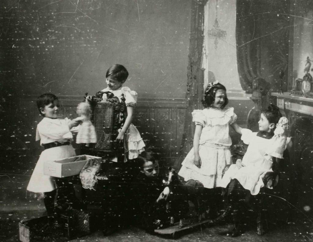 Kinderen Verhees met Sinterklaasgeschenken 1905