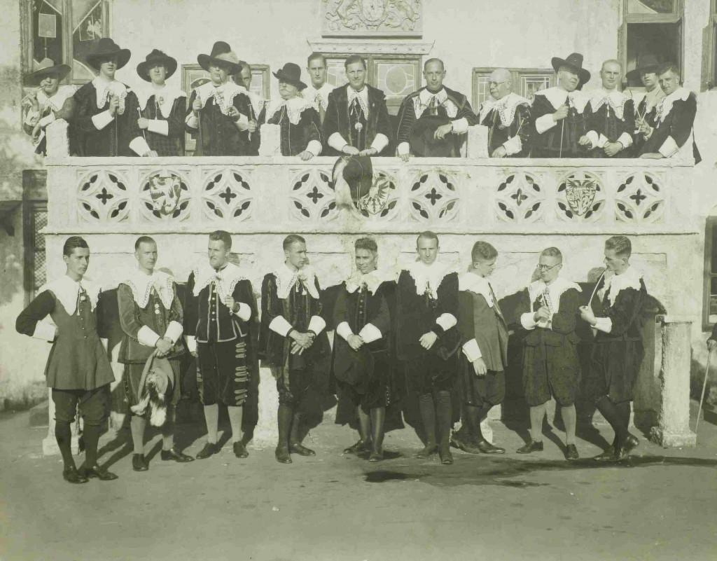 Piet Nouwens in 1935 (op het balkon geheel rechts). Foto gemaakt door zijn schoonvader A.C.Verhees tijdens de viering van 750 jaar 's Hertogenbosch.