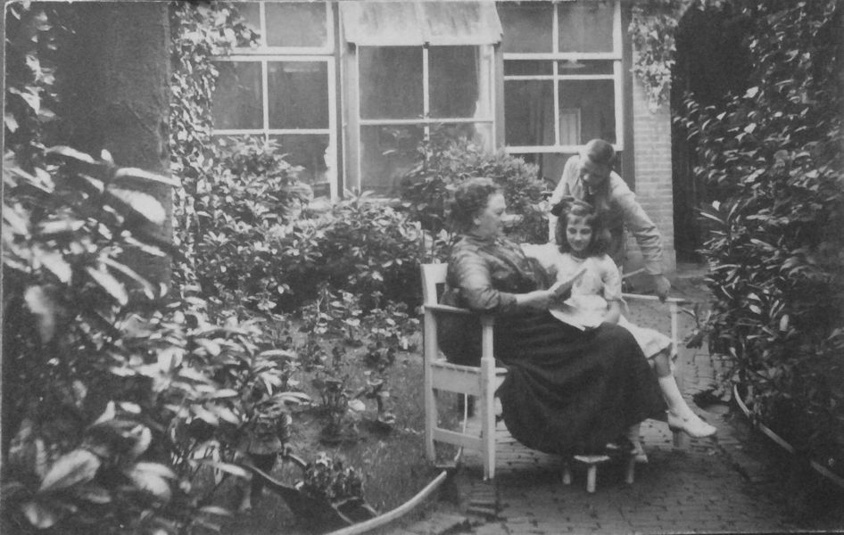 Philomien Verhees met kinderen Jan en Adèle in de tuin aan de Hinthamerstraat achter de winkel 1916