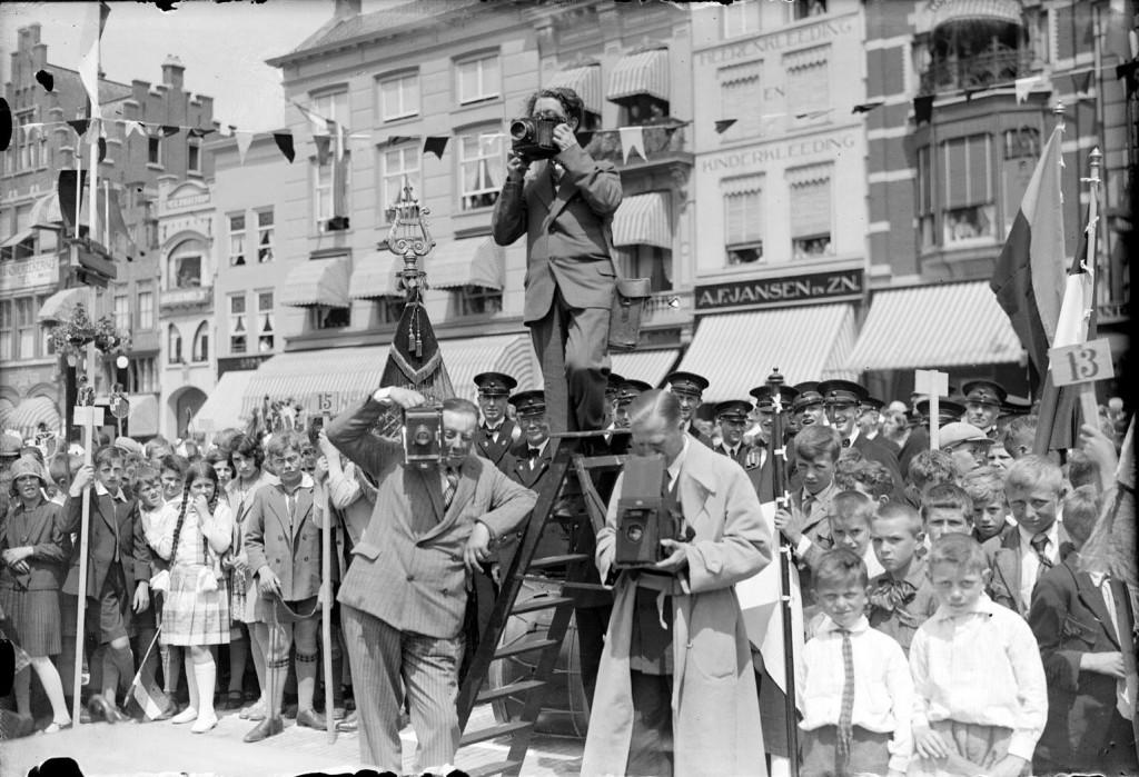 s'-Hertogenbosch 17 juni 1930 - De persfotografen bij de onthulling van het Jeroen Boschmonument